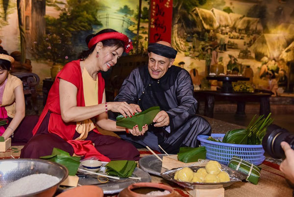 foreigners celebrate tet holiday in vietnam