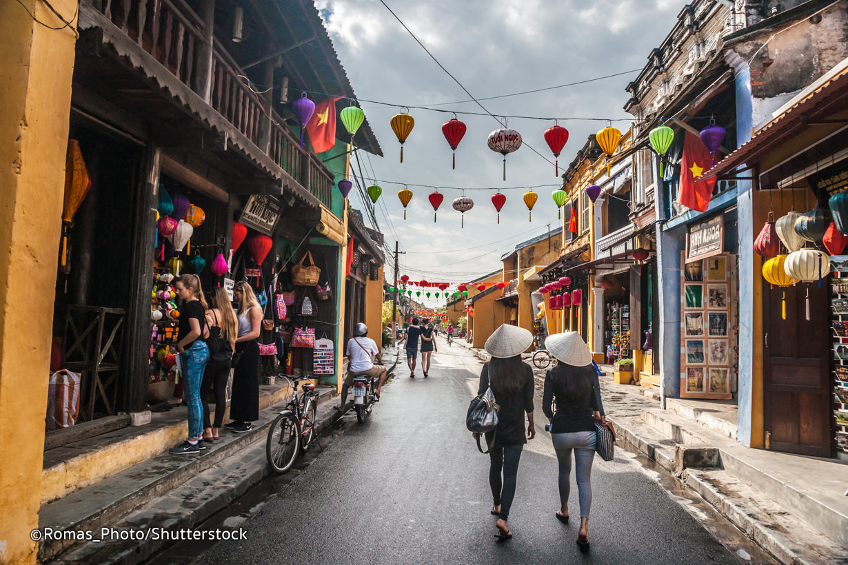 Hoi An's pedestrian street reopens after being closed due to Covid-19