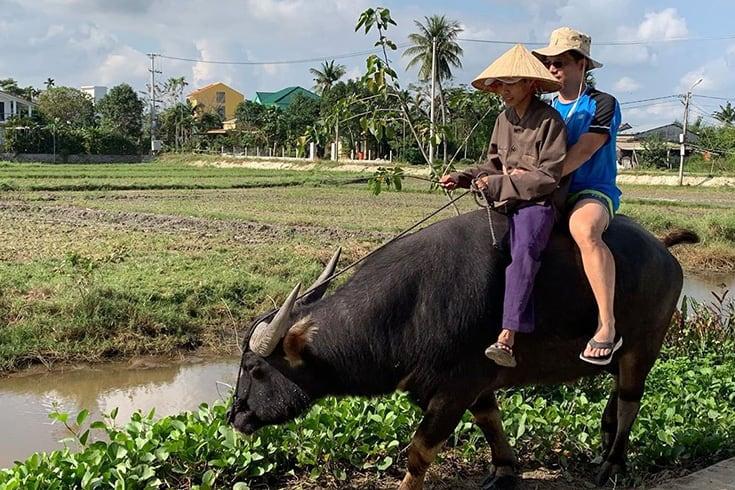 3520 tourist ride a water buffalo in vietnam moshichubby