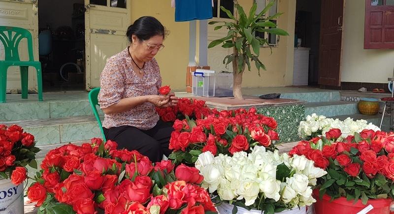 vietnamese woman creates immortal flowers that fresh 10 years