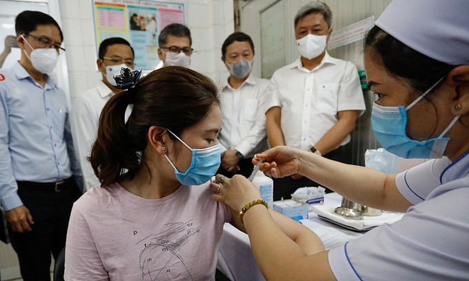 covid 19 vaccine shots to be given for frontline workers in da nang