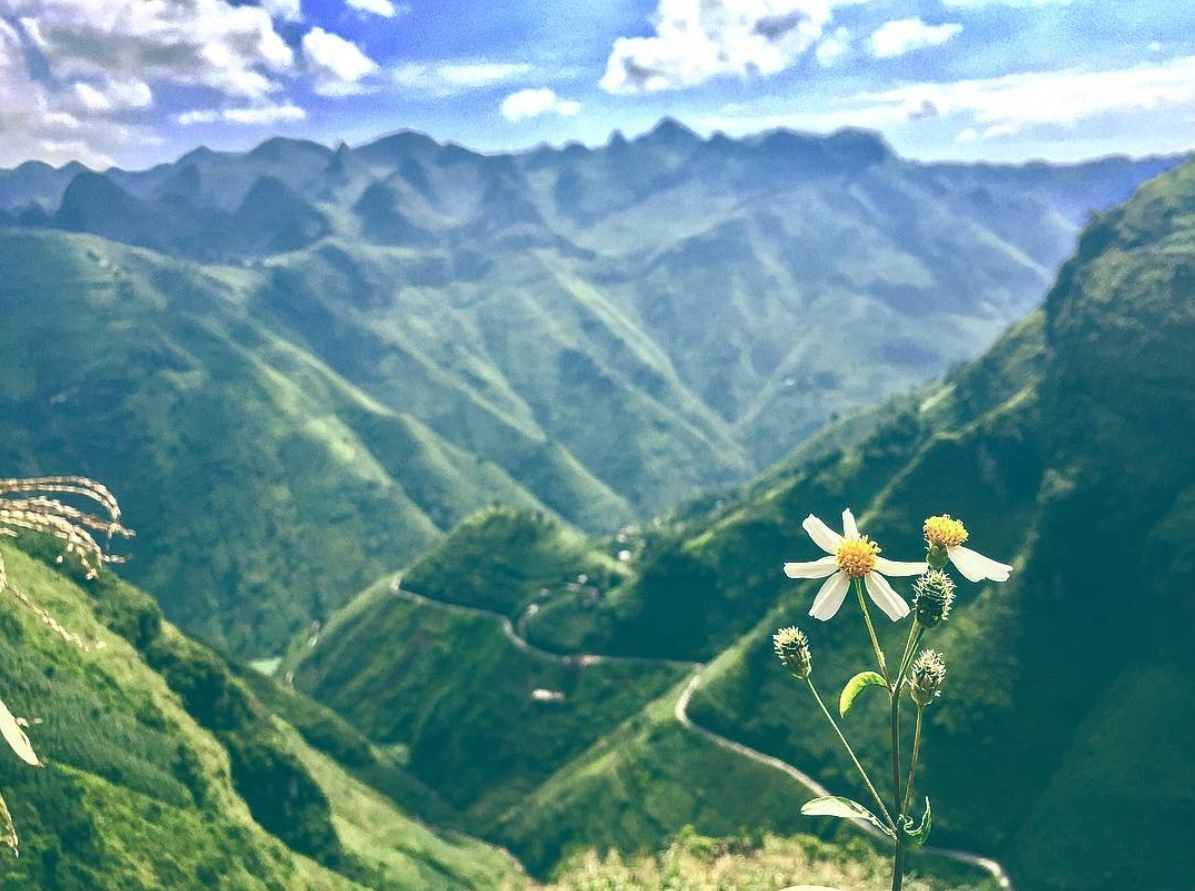 cloud hunting attracts tourists to ha giangs second highest peak