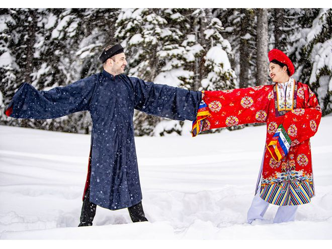 The couple posing with traditional dress under the snow sky (Photo: NVCC)
