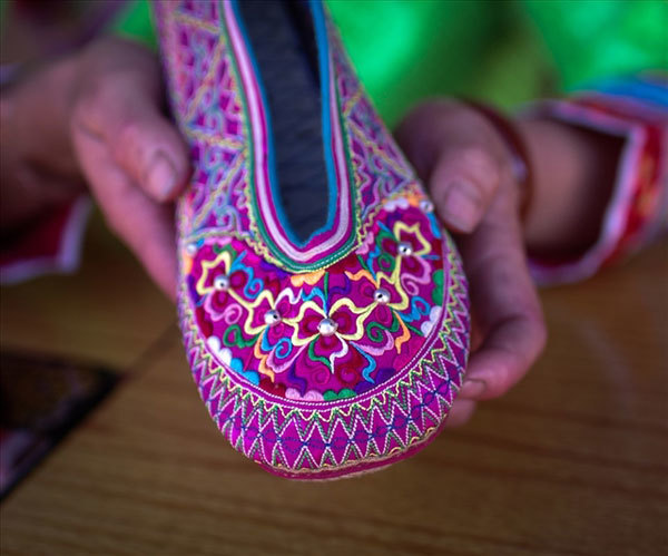 The artisanal shoes of the Xa Phang people may look simple, but a closer look reveals just how sophisticated the details of their patterns and embroidery lines are.  Their colourful shoes are a key part of their outfits and are meticulously made. According to elderly artisans making and sewing the soles are the most time-consuming stages and will determine the durability of the shoes. (Photo: Vietnamnet)