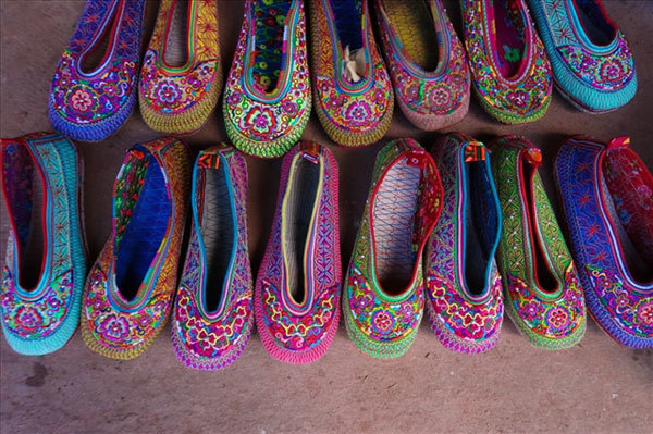 The threads used to embroider the shoes are natural and come in a variety of colours, used depending on the taste and aesthetics of the maker but mainly red, pink, blue, or yellow. In particular, shoes for young women are always decorated with bright colours. (Photo: Laodong.vn)