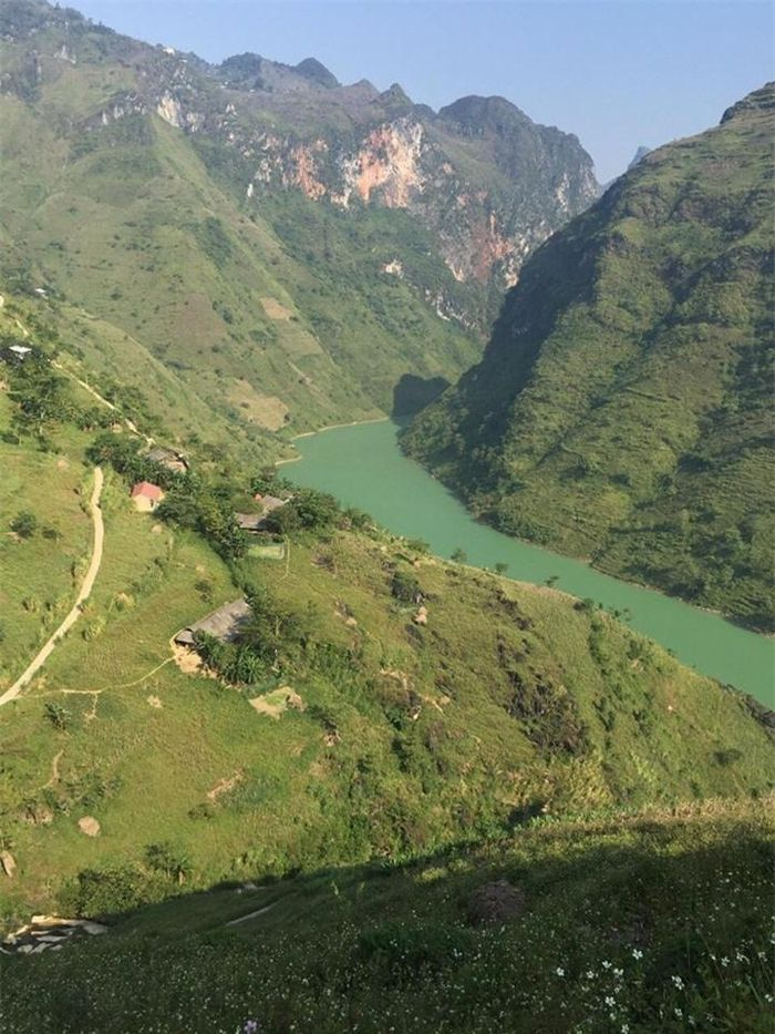 The 192 km river takes waters from China, passes the border at Lung Cu, goes through the Dong Van and the famously dangerous Tu San Gorge, then goes along Ma Pi Leng Pass to Meo Vac to finally turn southeasterly into Cao Bang territory and pours into the Gam river.  (Photo: Baomoi)