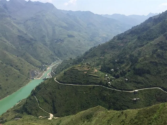 Starting at the height of 1.200m above sea level, the Nho Que river section in Vietnam goes through a spectacular landscape, rushing down steep slopes, 18,7 percent at times, passing deep gorges between cloud covered mountains, rumbling down high falls, and winding tortuously in lush valley between terraced paddies. (Photo: Baomoi)