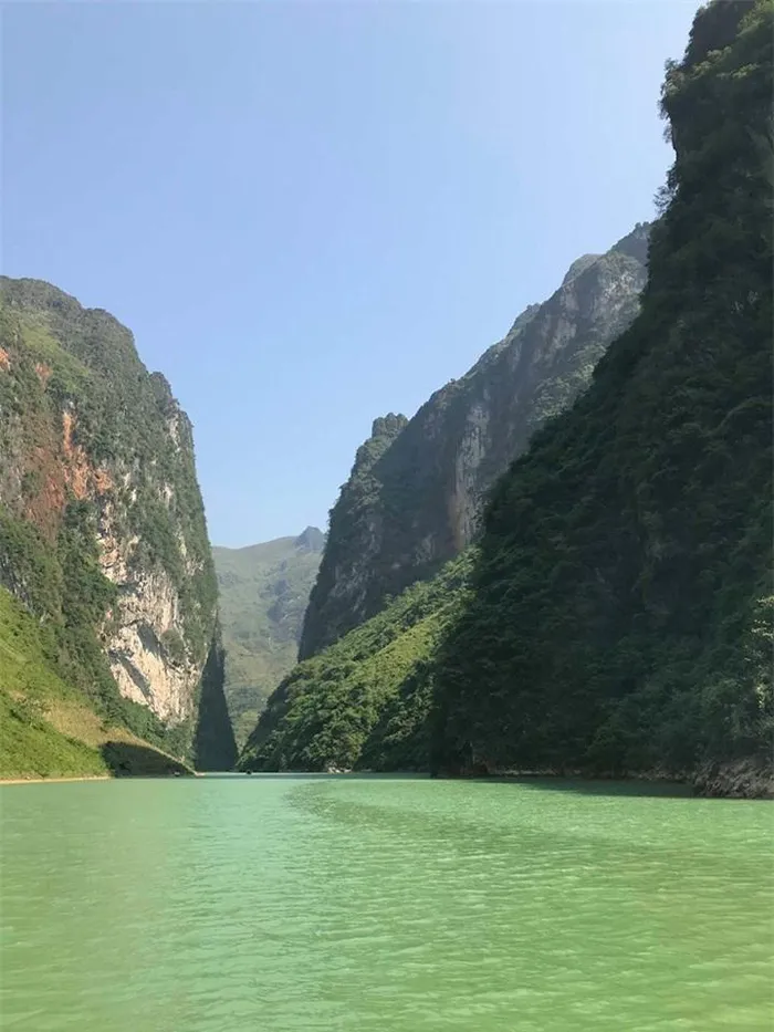 Nho Que River's water is crystal green throughout the year (Photo: Baomoi)