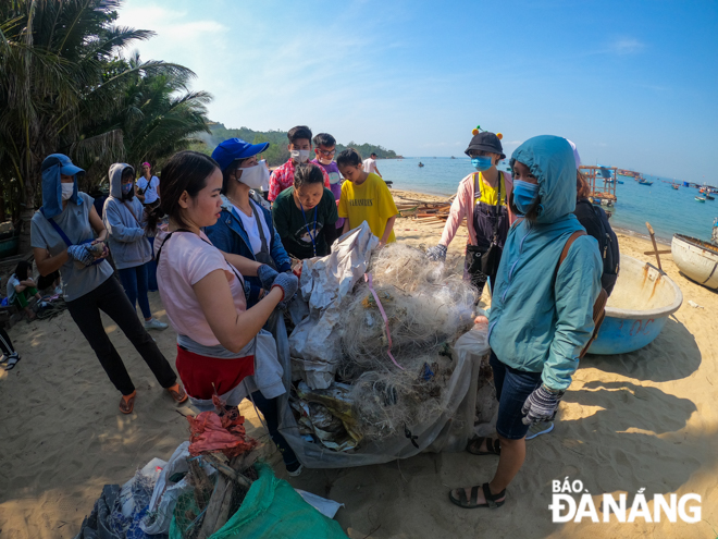 The beach clean event sees the active involvement of Da Nang people (Photo: Baodanang)