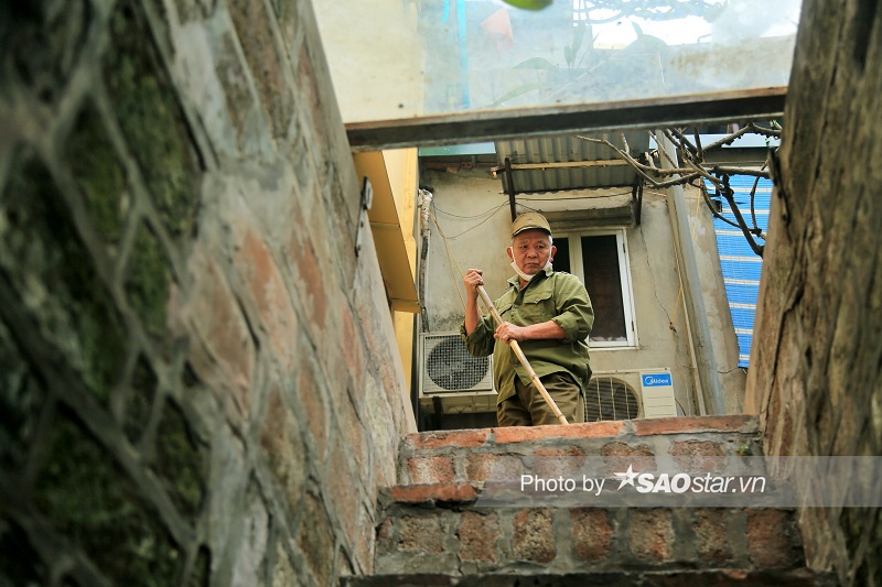 At the age of 74, Mr. Ta Van Nhan has taken care of Quan Chuong Gate for over two decades. Photo: Saostar.vn