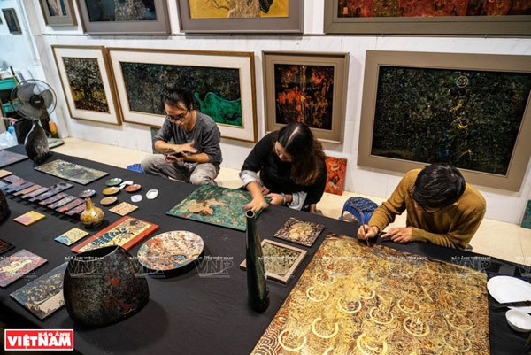 Members of the project 'From tradition to tradition' recreate Hang Trong paintings on lacquer and silk. (Photo: VNP/VNA)