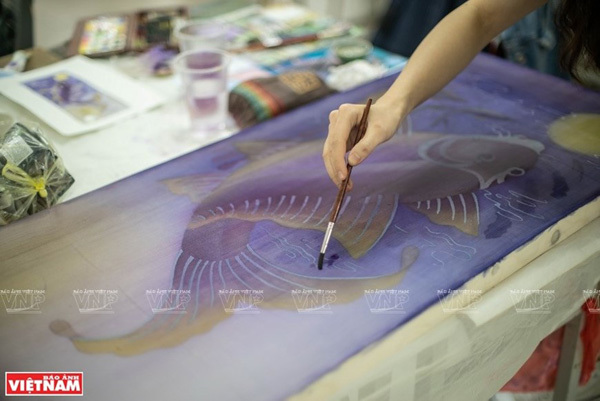 The content of the painting is drawn on silk (Photo: VNP/VNA)