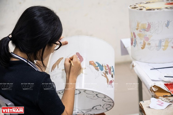 Patterns of Hang Trong paintings are featured on a lantern (Photo: VNP/VNA)