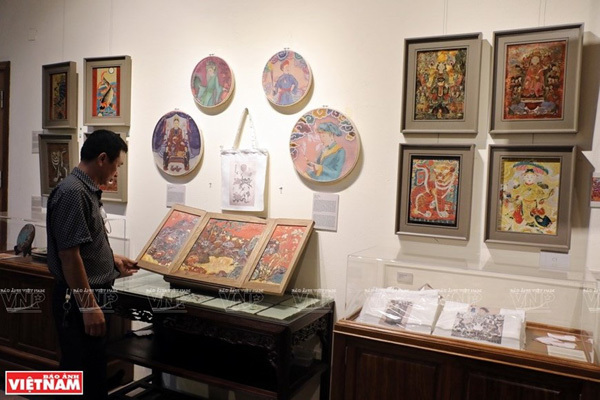 Visitors to the exhibition which is a part of the project 'From tradition to tradition' conducted by the Vietnam University of Fine Arts. (Photo: VNP/VNA)