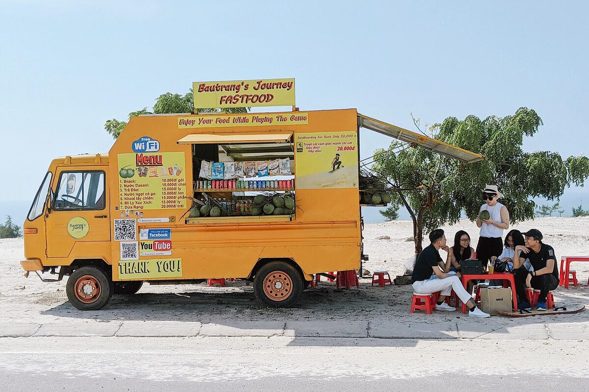 Located in the farthest region of Binh Thuan, Bau Trang only attracts trekkers and backpackers travelling by motorbikes. In 2018, the water truck on the roadside attracts many young people to check-in.