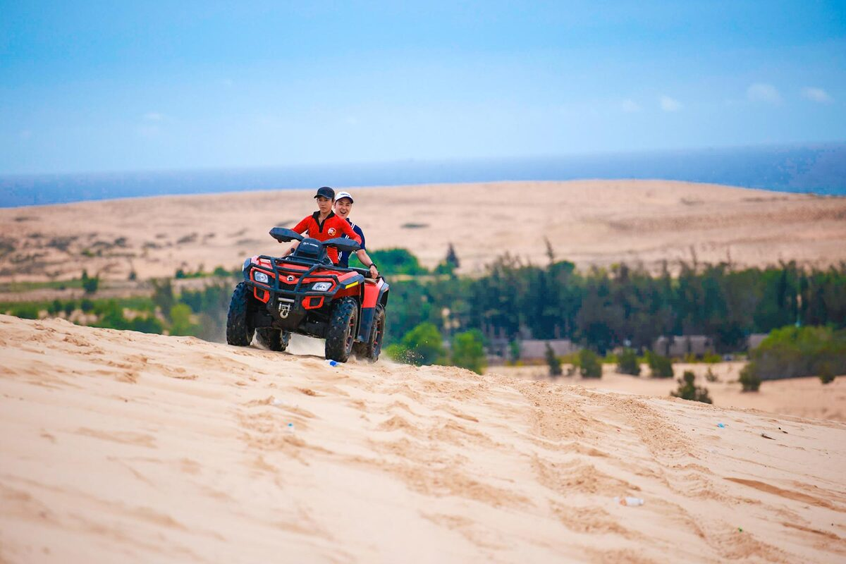 People who are interested in dangerous challenges should try out speed-driving experience on Mui Ne Sand Dunes. The driver will take you on a wild ride through the winding sand. Tourists can choose from motorbike for 2 people to jeep cars for a group of 4, with the price ranging from VND 400,000 to VND 600,000 in 20 minutes. They can ride the bikes themselves, and people who has problems with physical health will be warned not to play the game.  Photo: Ngo Tran Hai An