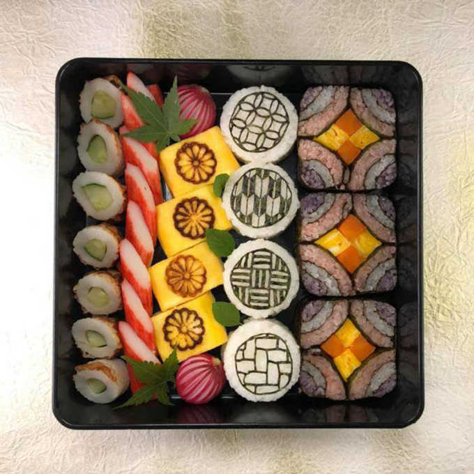 Phuong shares that, to perfectly cut kimbap, she uses a very sharp knife. Photo: VnExpress