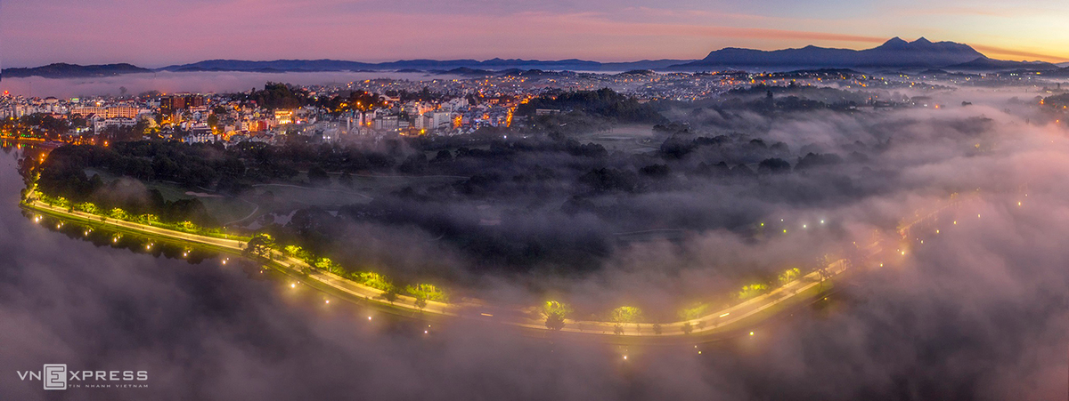 Hieu has a passion for taking pictures of Dalat city in the mist, capturing its own distinctive beauty perfectly. The photograph above was taken in Cu Hill and the golf course right next to Xuan Huong Lake in a misty morning.  (Photo: VnExpress)