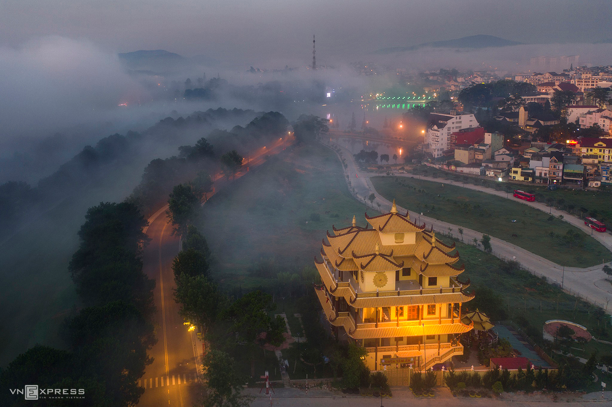 The misty floats on Tam An Pagoda, located on Dinh Tien Hoang Street near Xuan Huong Lake. The pagoda was built in 1974, with the highlight of the yellow stupa.  Langbiang mountain is located in Lac Duong district which is 12km from Dalat in the North. With its height of 2,169m above the sea level, langbiang mountain has not only been an attractive tourist site bit also kept legend about a passionate love… Hieu shared that, after the rain stops, the mist covers the hill and creates an attractive and dreamy scenery.  (Photo: VnExpress)