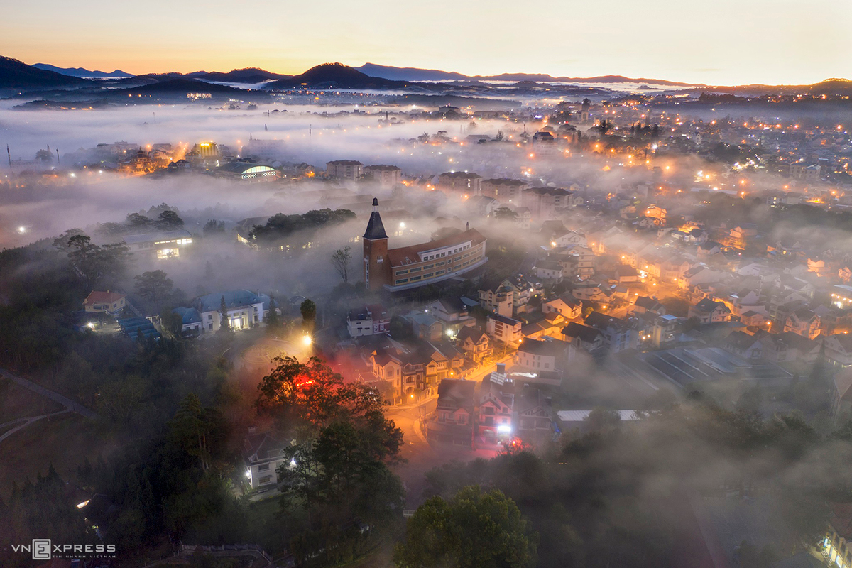 The picture of Dalat College of Education in the mist, with its tall bell tower visible. This is also one of the favourite places that the photographers choose in the mist season.  (Photo: VnExpress)