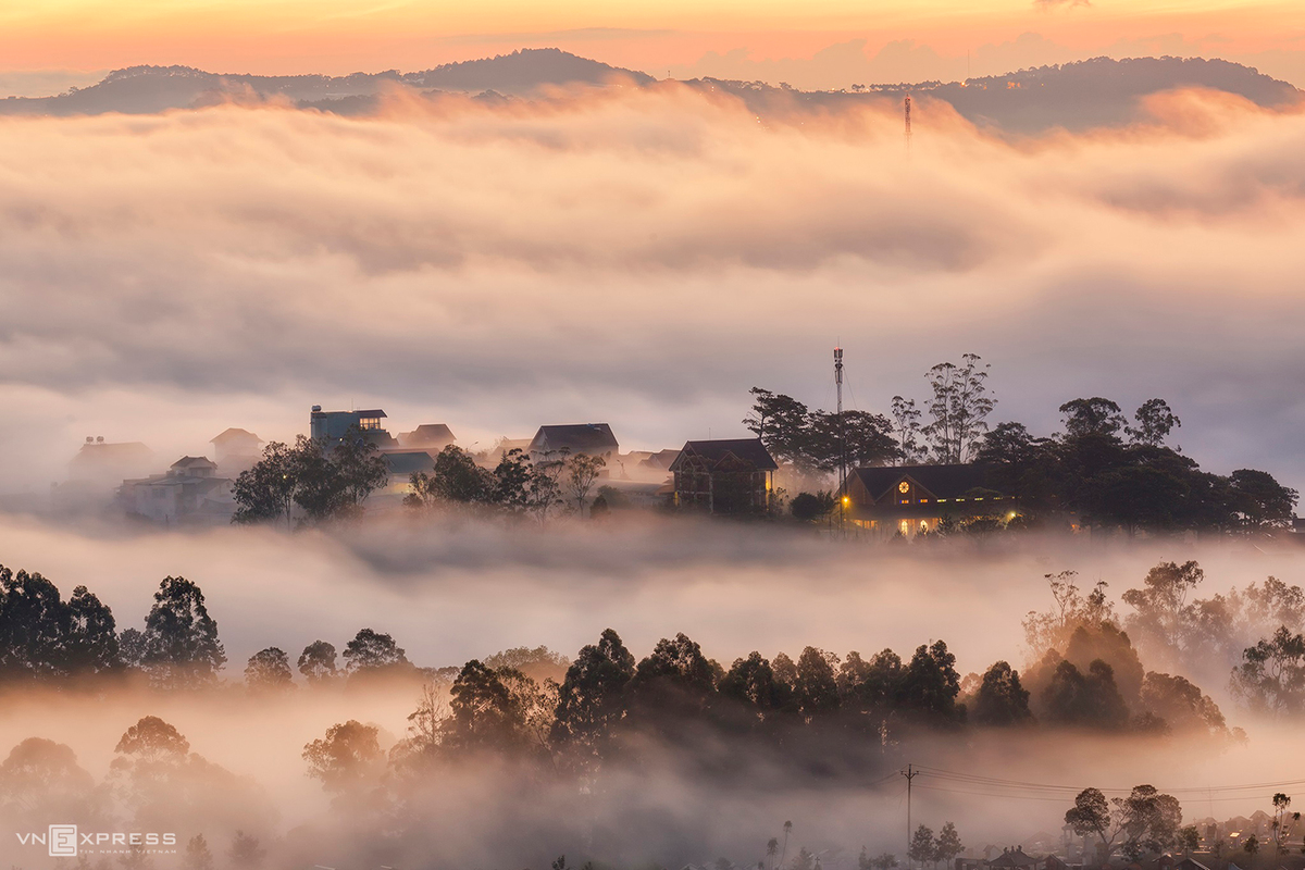 From Du Sinh Hill, the tourists will be able to see houses and the pine woods through the cloudy mist, and slowly became more visible under the light of dawn. The hill is about 5km from the centre of Dalat City, and has been known for being the best spot for cloud hunting.  (Photo: VnExpress)