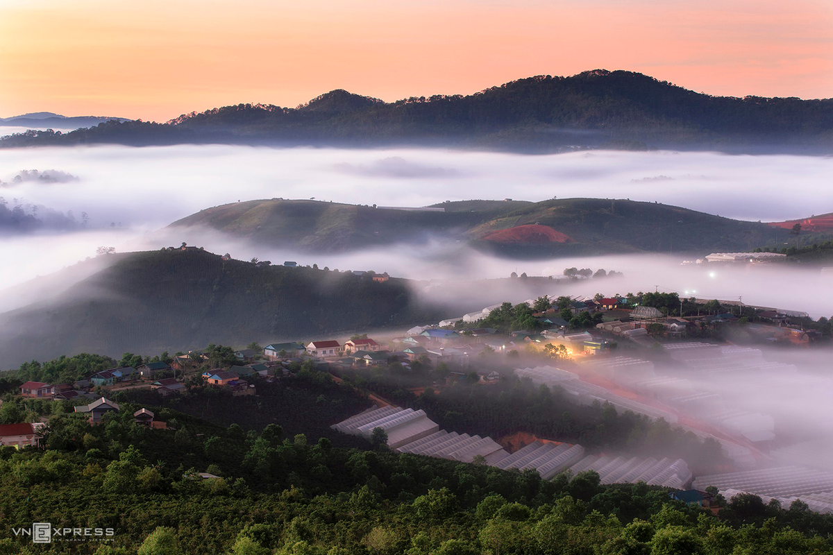 Dasar Commune and the greenhouses at Lac Duong District in early morning. Dasar is located about 20km from Dalat, with its pristine and majestic beauty.  (Photo: VnExpress)