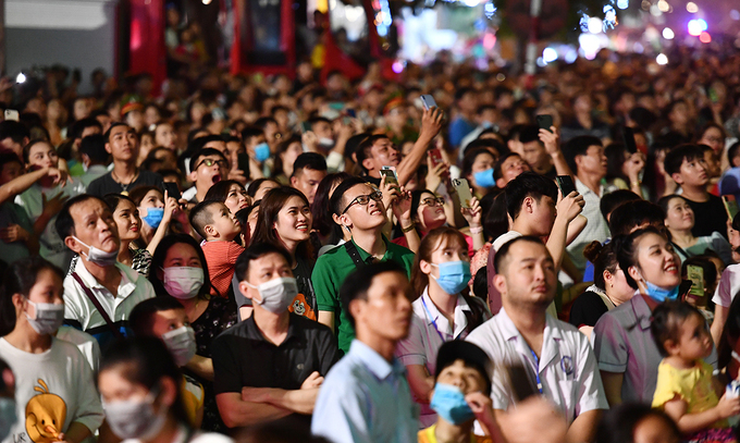 People gather at the opening ceremony of Sam Son beach tourism festival in Thanh Hoa Province, April 24, 2021. Photo by VnExpress/Le Hoang.
