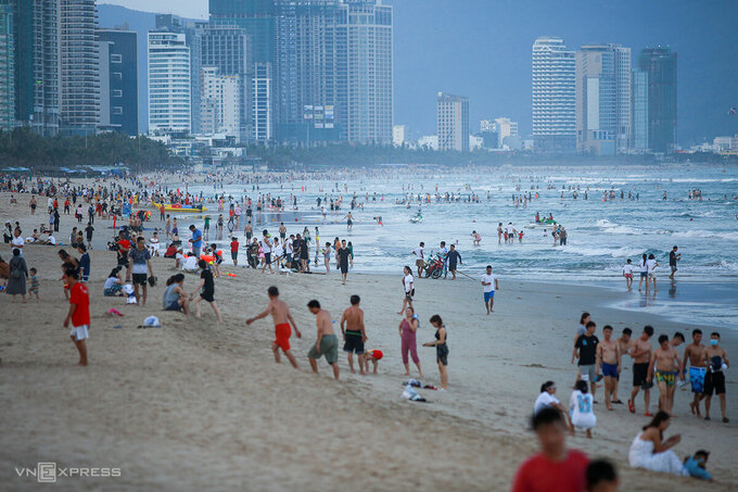 People flocked to a beach in Da Nang City on April 29, 2021. Photo by VnExpress/Nguyen Dong.