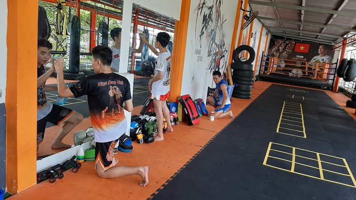 Disinfect the gym after closing down announcement (Photo: Thanh Nien)