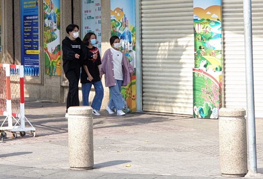 Young people wear masks in public (Photo: Thanh Nien)