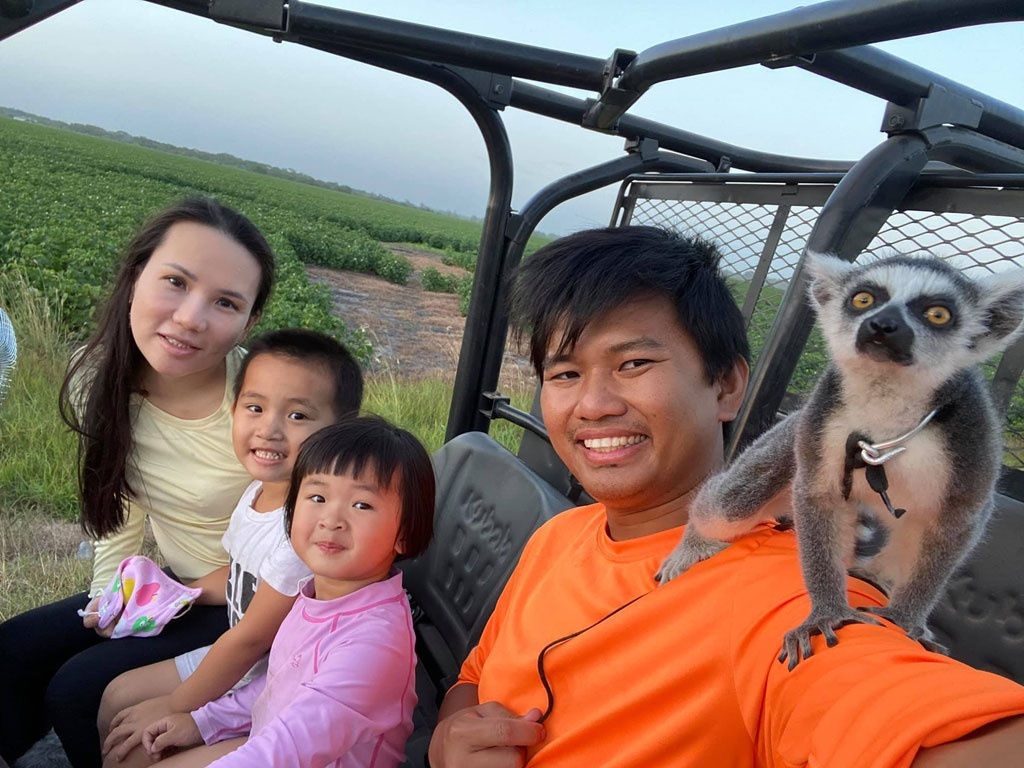 Vuong with his wife and the two children (Photo: Thanh Nien)