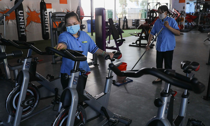 Janitors clean up equipment at a gym in HCMC in February 2021. Photo by VnExpress/Quynh Tran.