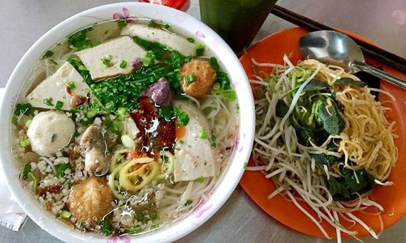A bowl of delicious Bun moc served by the restaurants (Photo: VnExpress)