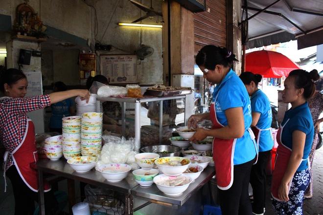 40-year old Saigon restaurant making traditional 'Bun Moc' (pork ball vermicelli soup)