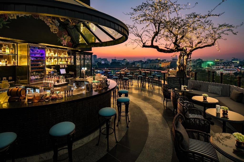 La Sinfonia del Rey Hotel and Spa on Hang Dau Street were ranked third in the category, which impresses the tourists with its luxurious rooftop and bar of this hotel. Photo: Agoda