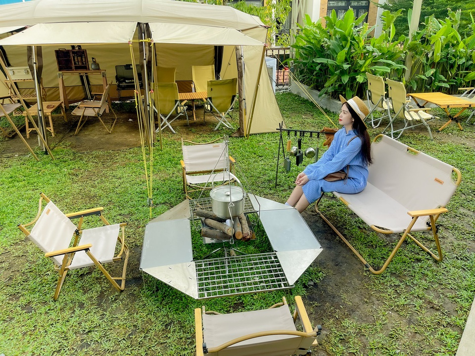 """Located on the rooftop of a complex in Thu Duc City (HCMC), this new café impresses the visitors with the combination of camping and enjoying a hot cup of café. Taking advantage of the garden space, this """"2 in 1"""" model brings exciting experience to its customers, allowing them to lose themselves in the beauty of nature, and feel like they are camping inside a forest. Photo: Anh Nguyet"""
