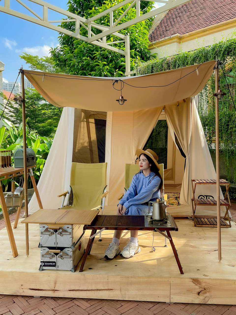 """Khuong Duy, the founder of Square 39, shared with Zing: """"The café follows the high-camping model. It has tents, beds, air conditioners, bathrooms, electric water heaters, tables and desks, and even kitchens"""". This architecture has been famous in many countries in Asia such as Japan, Korea and Thailand.  Photo: Anh Nguyet"""