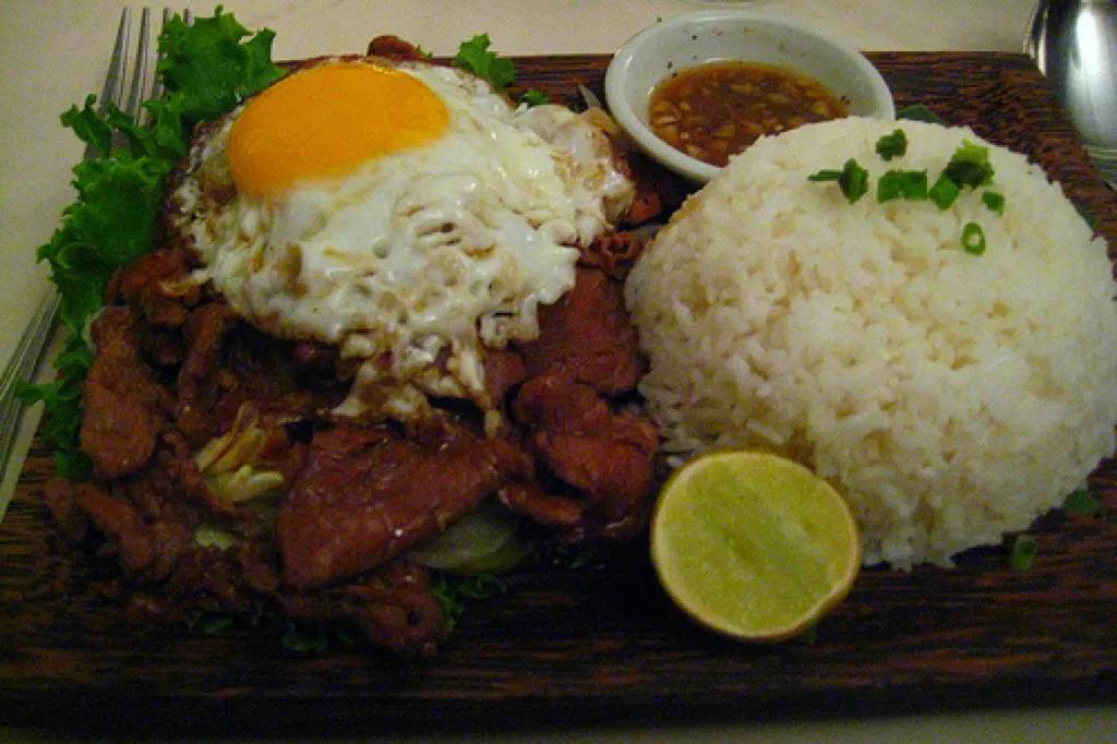 Traditional Cambodia food – Lok lak (Photo: Traveldudes)