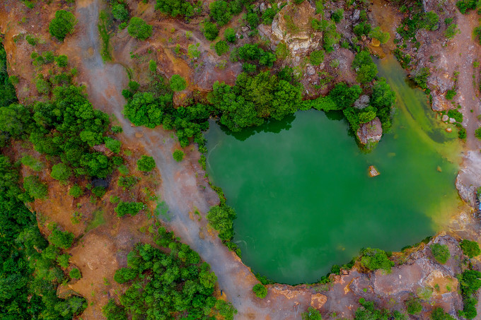 A notable feature of the lake is the rocky mountains and green trees which surround it. (Photo: Vietnamnet)