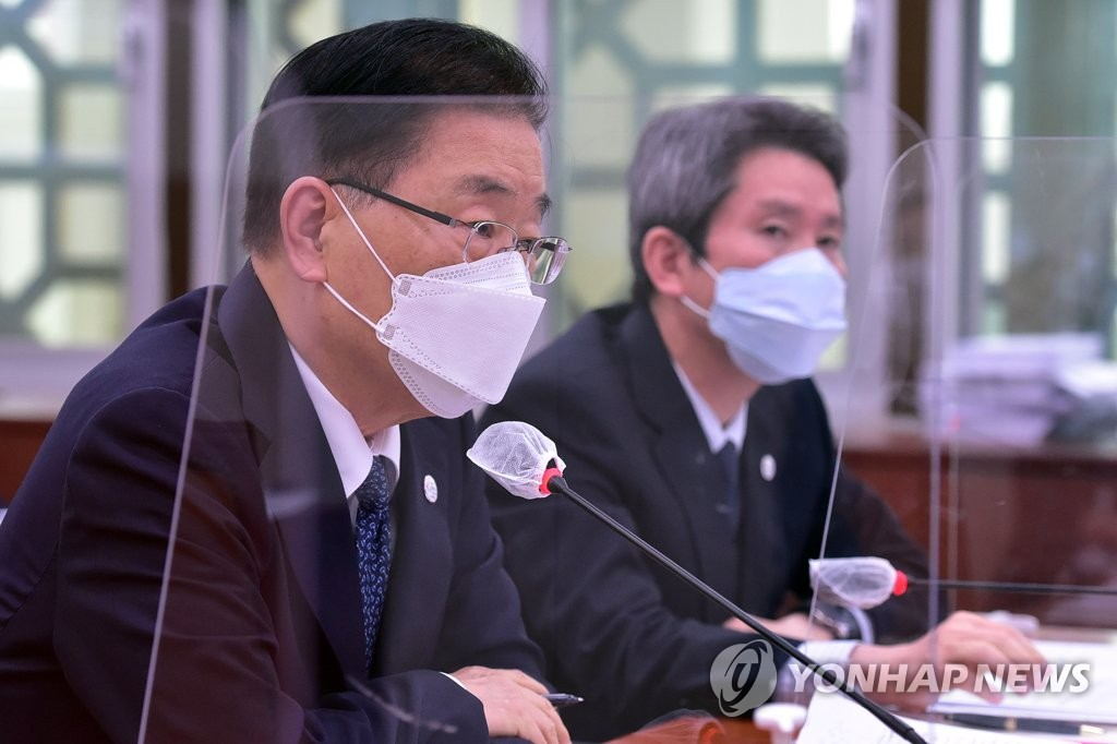 Foreign Minister Chung Eui-yong (L) speaks to members of the parliament's foreign affairs committee at the National Assembly in Seoul on May 28, 2021. (Yonhap)