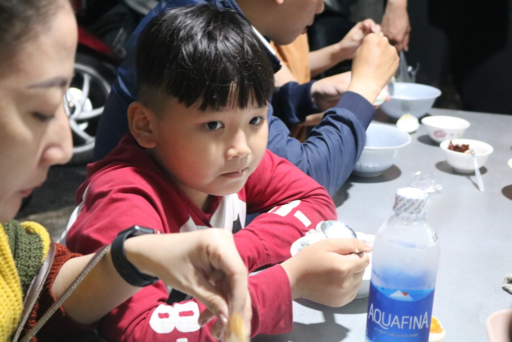A little boy with his mother, who are familiar guests at the restaurant. (Photo: Thanh Nien)