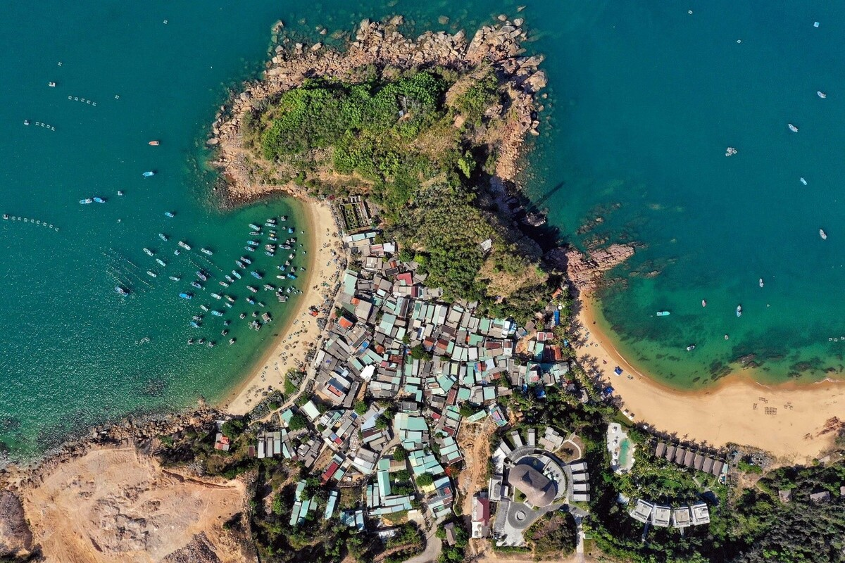 """From the center of Quy Nhon city along Highway 1D about 13km, tourists can see the beautiful and pristine sight of Xep Beach (Bai Xep). This beach is voted is one of the 16 """"hidden gems"""" of Asia by Business Insider. Photo: Huu Khoa."""