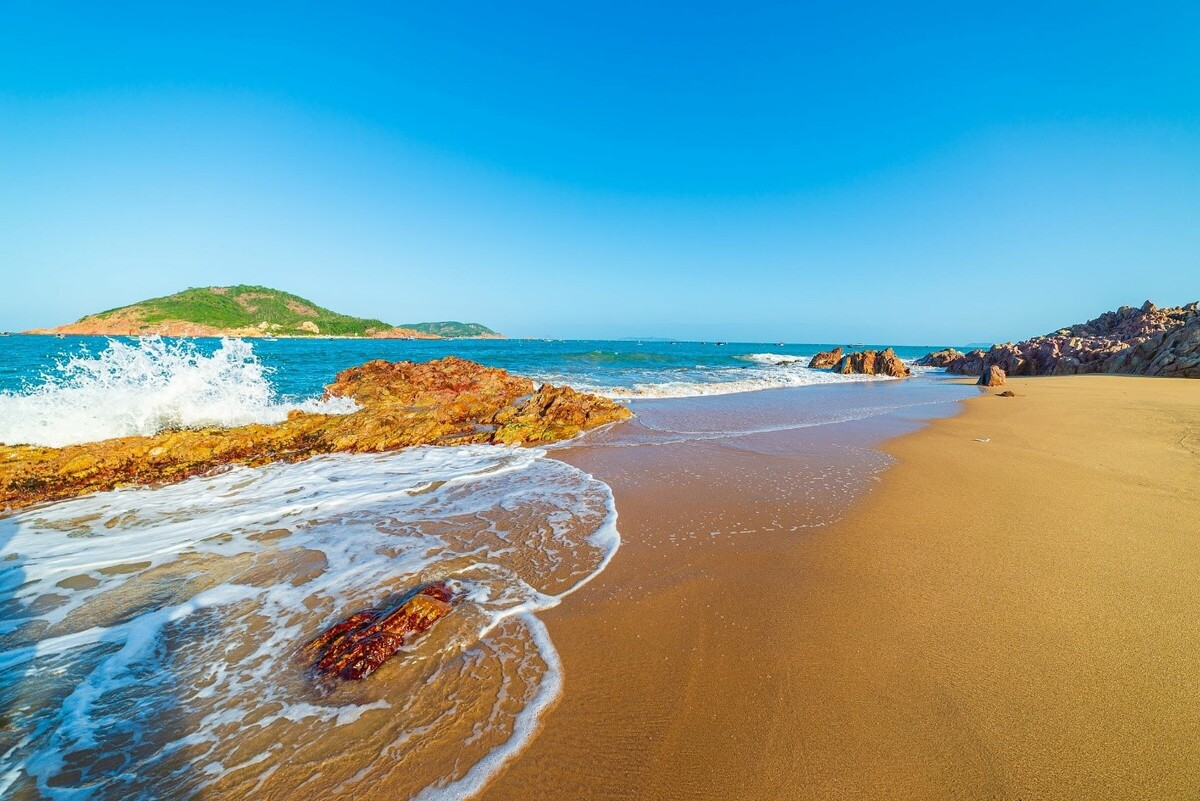 With blue and crystal clear water, swimming in Bai Xep beach is considered one of the best experience for tourists. Photo: Shutterstock.