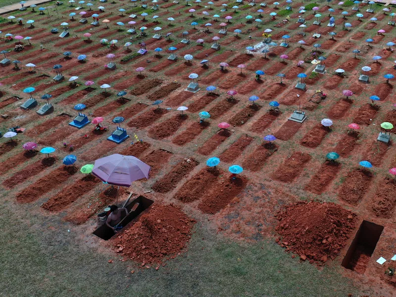 A worker digs a grave in the San Juan Bautista cemetery in Iquitos, Peru, amid the coronavirus pandemic. Photo: AP