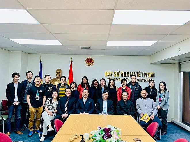 Tu Vinh in the meeting with a group of young Vietnamese at Vietnam Ambassador in New Zealand. Photo: ZIngNews
