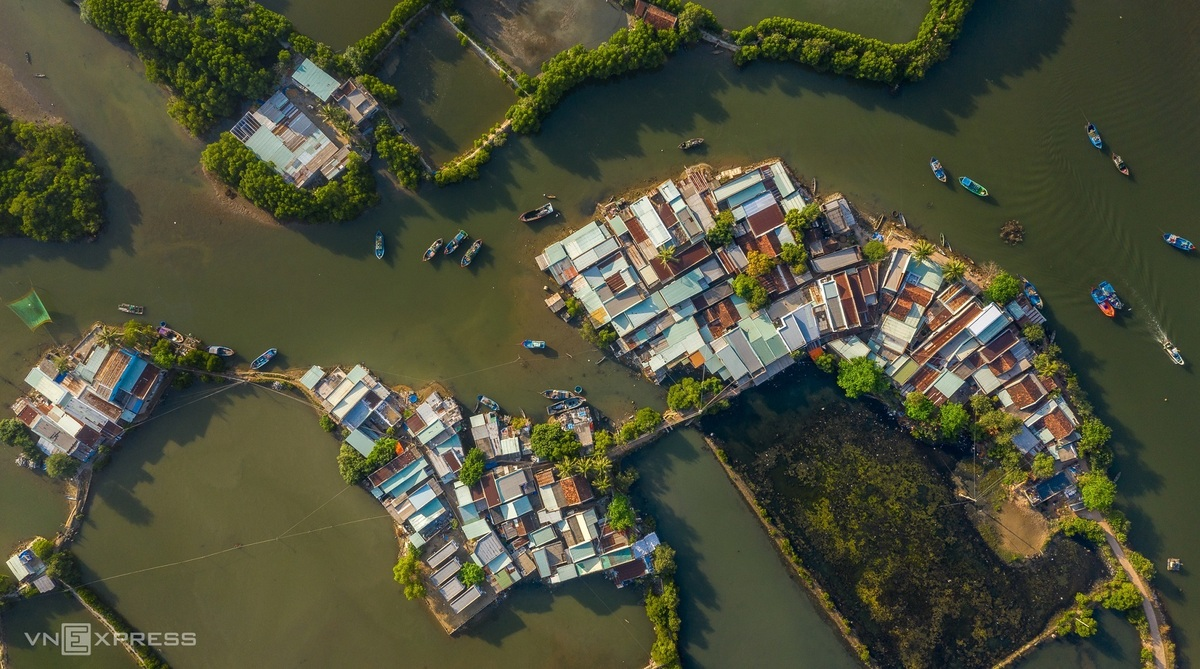 """The """"Residential oasis"""" is planned alternatively with aquaculture ponds on Thi Nai lagoon, Dong Da ward, Quy Nhon.  Photo: VnExpress"""
