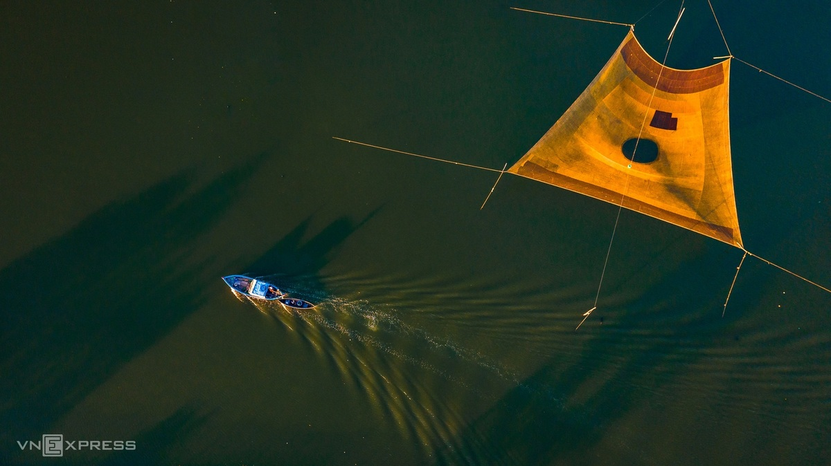 """The fishers catch fish by using """"ro cho"""" – a fixed tools to catch fishes and shrimps on Thi Nai lagoon. The photographer, Tien Trinh, lives near Thi Nai, and he spend his free time taking photos of the lagoon, mainly from the drone view.  Photo: VnExpress"""
