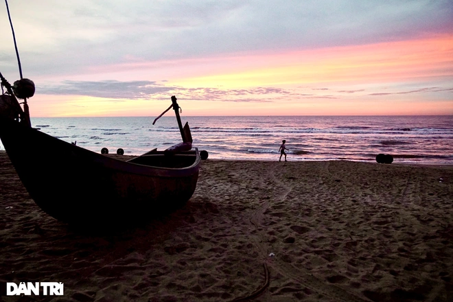 Sam Son Beach (Thanh Hoa) is one of the most beautiful and gorgeous destinations that are known for its long, sandy beach and crystal clear water. In the time of dawn, Sam Son looks like a peaceful and quiet fairy land that tourists can not miss.  Photo: Dantri