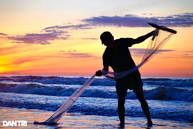 It's not unusual to capture the images of the fishers raking clams in the hours before the sunrise. Photo: Dantri