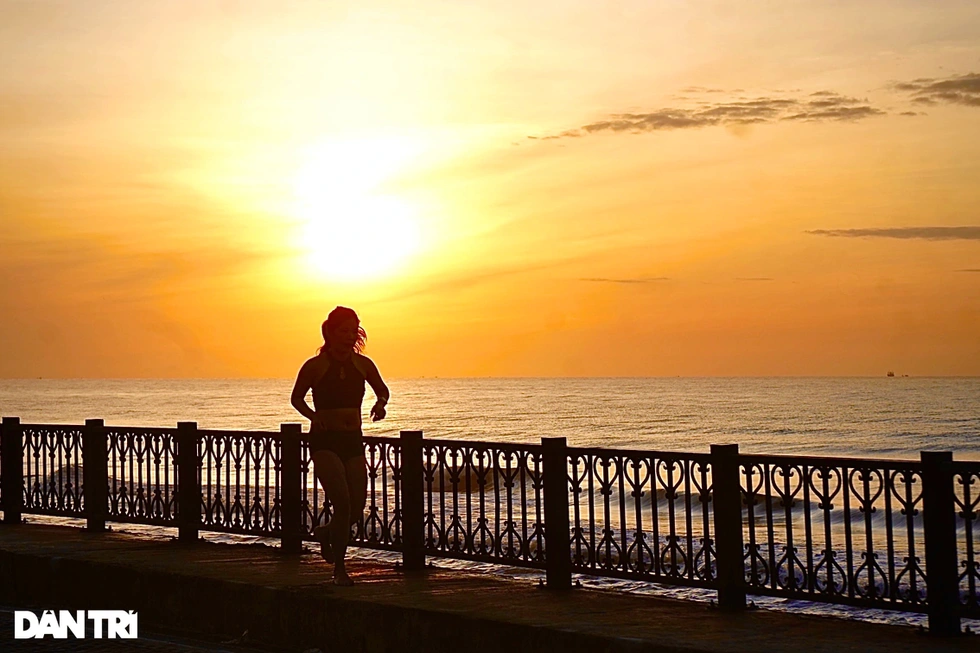 Many tourists choose this time to go on jogging along the beach and doing exercise. This is an ideal time to enjoy the fresh air and peaceful feelings in the early morning.  Photo: Dantri
